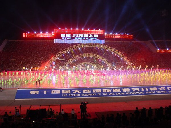 2002-09-14 Dalian Stadium Performers 002