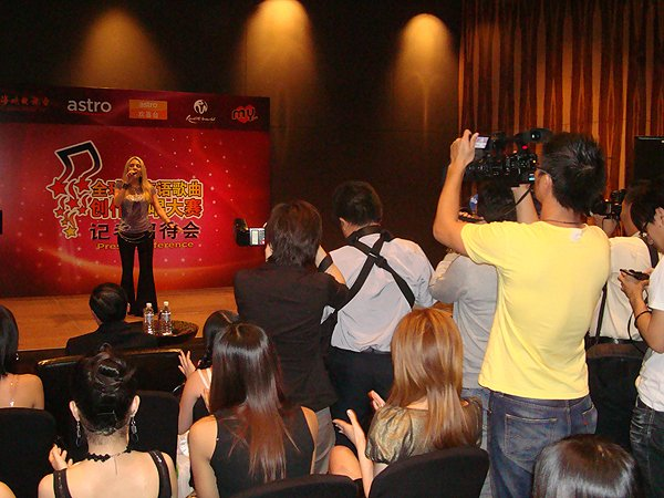 2010-01-07 Nikki Green of Liquid Blue Band In Genting Malaysia Mn Idol Press Conference 001
