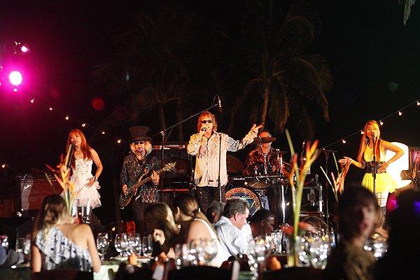 2011-05-20 Liquid Blue Band in Great Guana Cay Bahamas at Bakers Bay 024