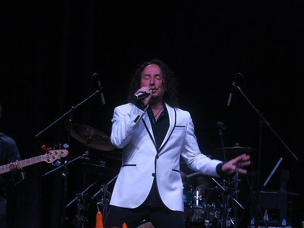 2016-05-04 Journey Singer Steve Augueri in Bahamas at Atlantis Resort