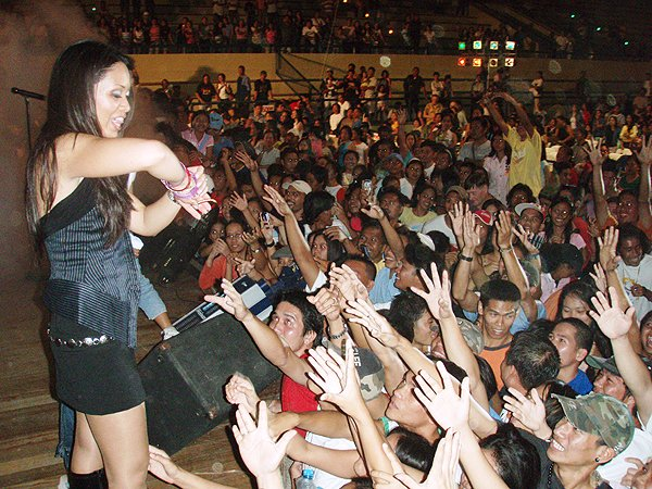2007-02-09 Dipolog City Philippines Layla Fans Go Wild
