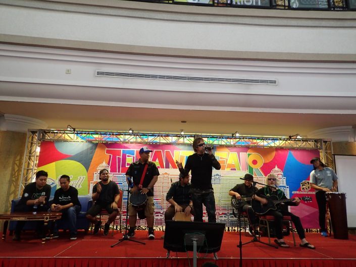 2017-10-29 Two From Blue in Bandar Seri Begawan Brunei at The Mall (100)