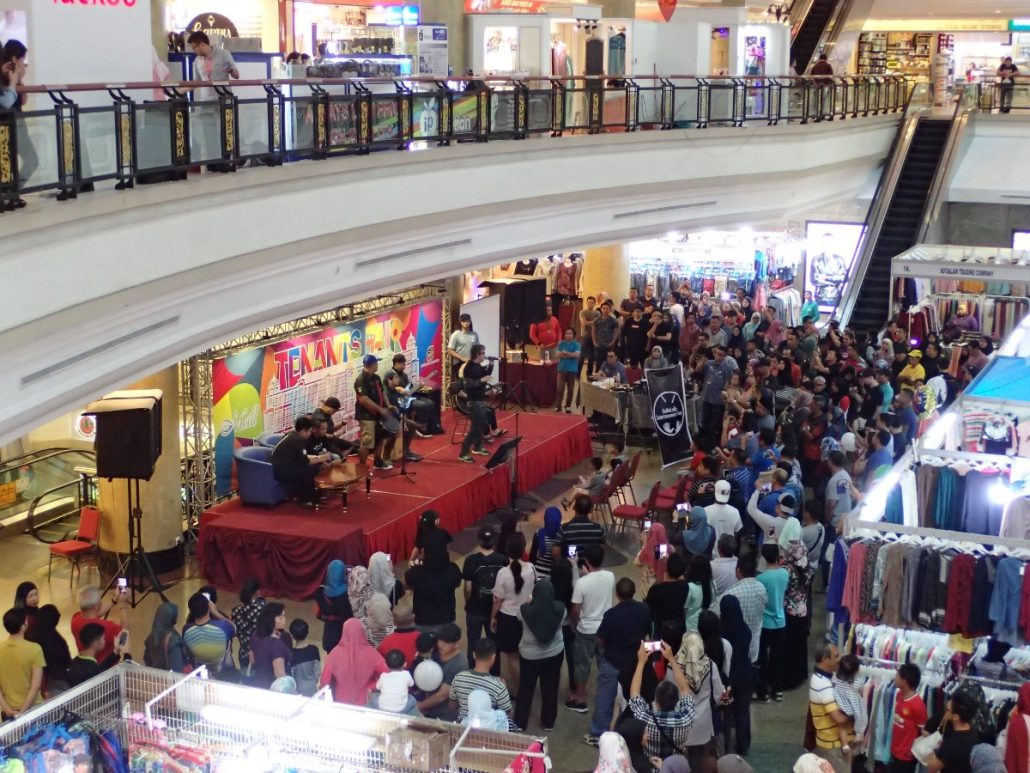 2017-10-29 Two From Blue in Bandar Seri Begawan Brunei at The Mall (82)