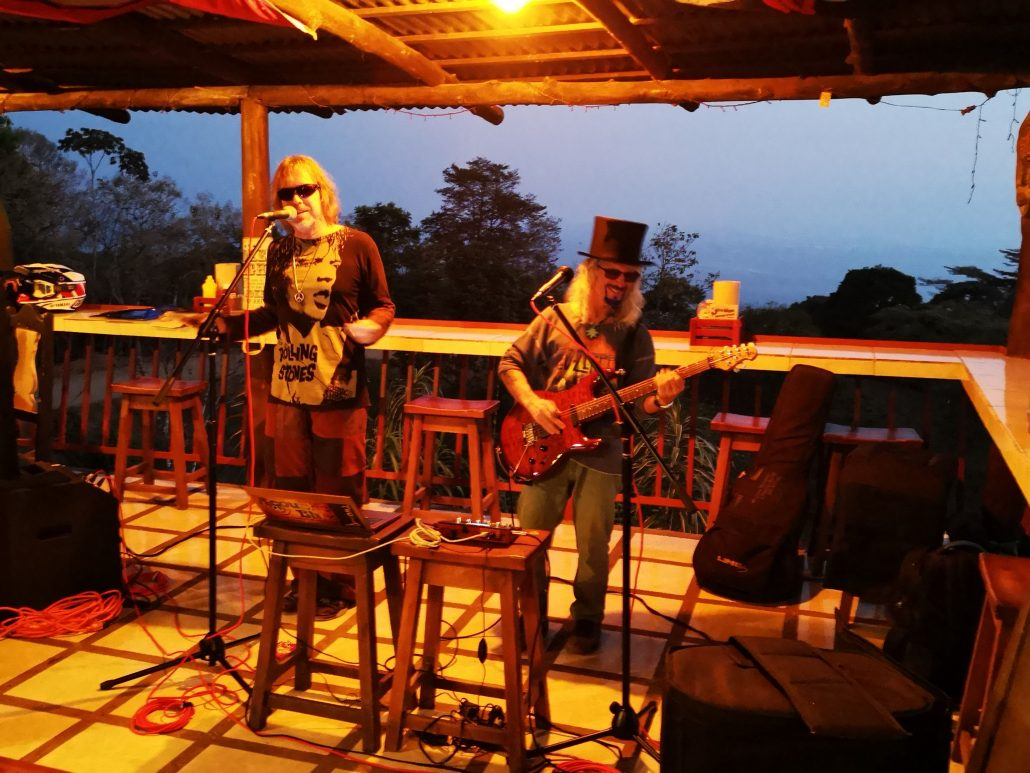 2019-02-21 Out Of The Blue Band at Bar Jolly Roger Dominical Costa Rica (13)